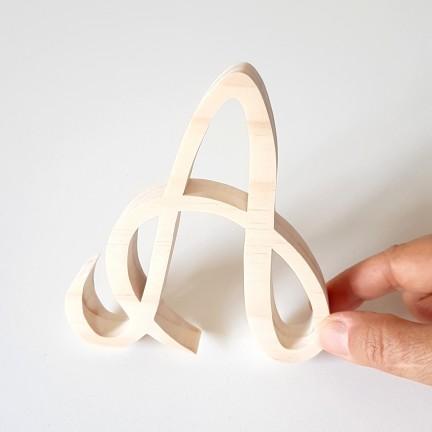 Lettre majuscule en bois